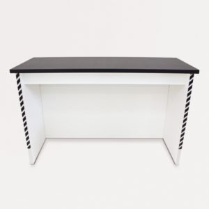 無地の背景に背面から見たアングルのカウンターテーブル