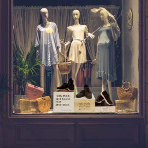 ショーウィンドウ内でマネキンの前で靴を展示している3種類のブロックディスプレイ