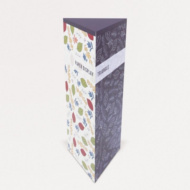 印刷がされている三角柱の展示台