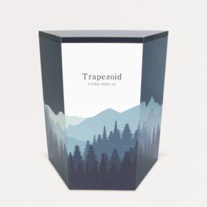 正面からみた山の絵がデザインされた台形の展示台