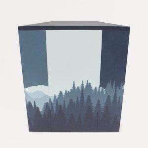 背面からみた山の絵がデザインの台形の展示台
