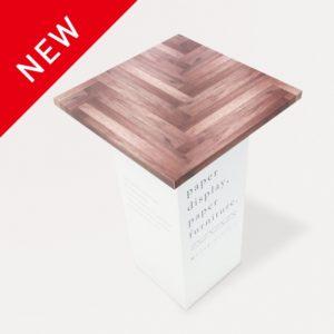 木目柄が印刷されているテーブル