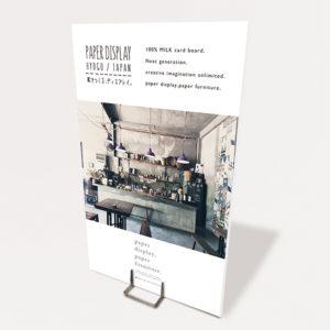 お洒落なカフェの店舗内の写真が印刷されているサインパネル